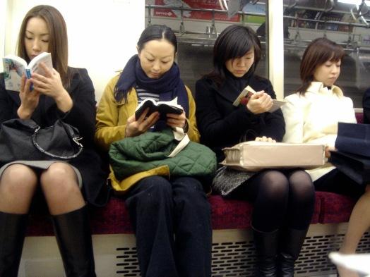 Resultado de imaxes para estudiantes leyendo en el metro